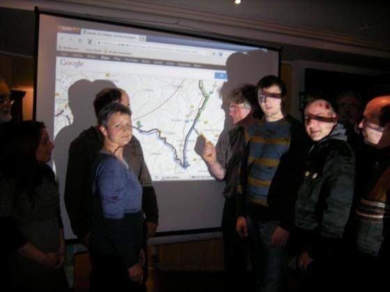 Foto: Aktionskoordinator Thomas Erbe (Mitte) zeigt beim Infotreffen in Northeim mit google-maps die geplante Aktionsstrecke