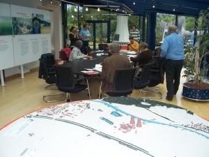 Menschen im (Des)Infozentrum des AKW Grohnde sitzen am Tisch